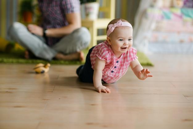 Смешная ползающая девочка. концепция счастливой семьи