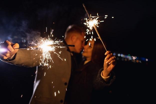 Романтическая влюбленная пара празднует вечеринку с огненным бриллиантом
