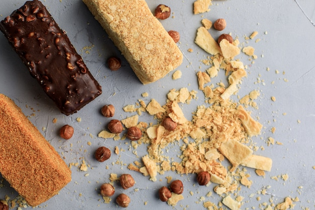 Небольшие наполеоновские пирожные на сером фоне с орехами с доставкой сладостей.