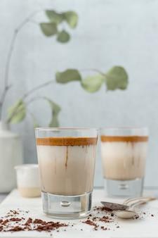 Прозрачный стакан с коричневой жидкостью