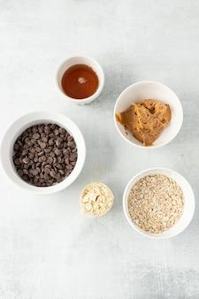 Белые керамические миски с ингредиентами для выпечки