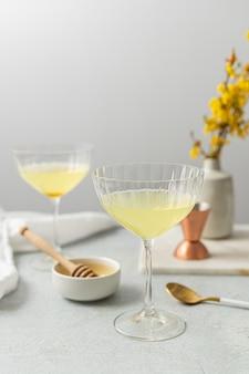 Прозрачный бокал для коктейля с желтой жидкостью внутри