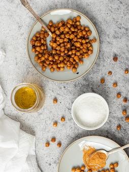白いセラミックボウルに茶色の豆