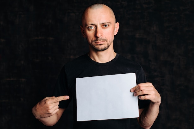 Человек с пустым белым знаменем