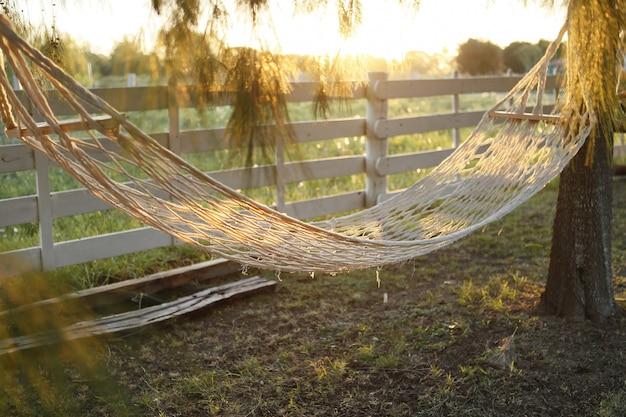 Гамак из растительного волокна на золотой закат в поле