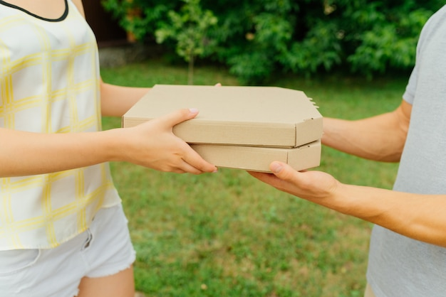 ピザと宅配ボックスのクローズアップビュー