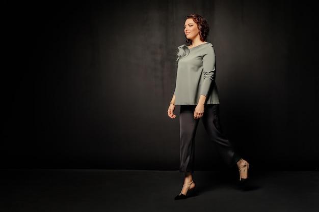 Женщина в серой блузке выходит вперед