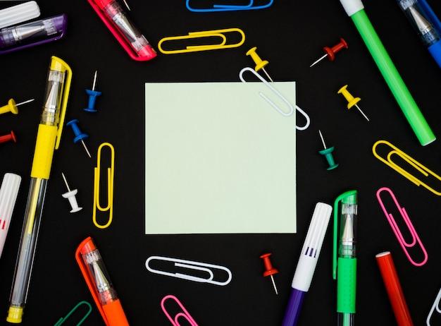 図面とメッセージを残すための学校の要素を持つ紙の空白部分