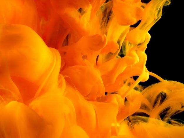抽象的な芸術的な形の黄色の液体物質