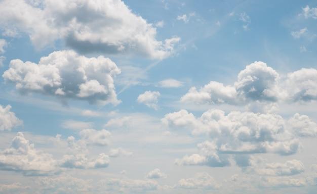 ふわふわの雲と青い空