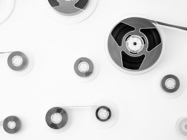 白いテーブルの上のロールの磁気バンドテープ。最小限の構成