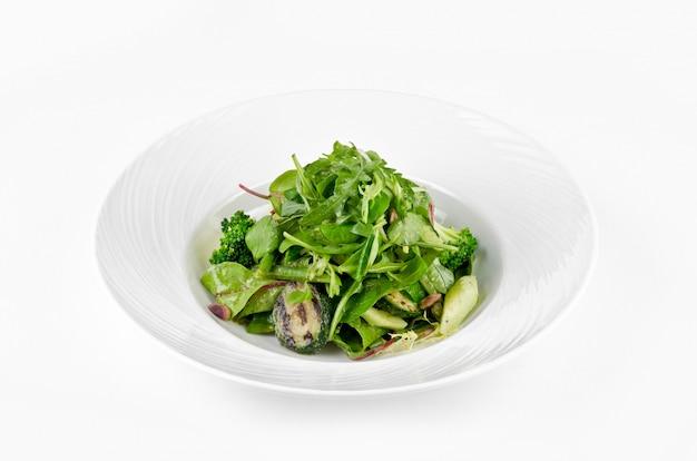 緑の野菜のブロッコリー、ズッキーニ、クルミドレッシングのサラダ