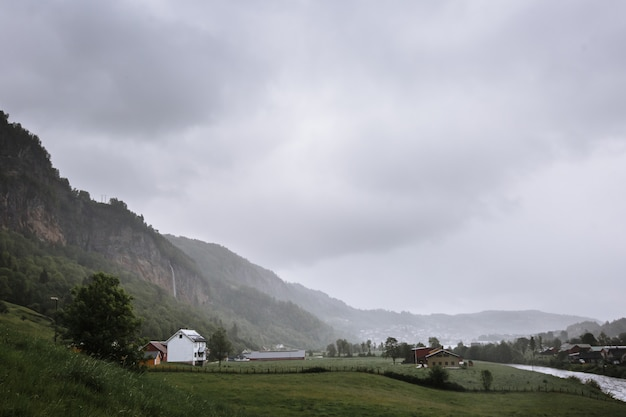 Норвежский пейзаж с маленькой деревушкой в лесу