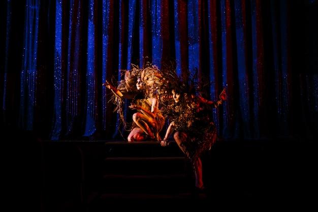劇場の舞台の前で、幽霊の女性、劇場の精神。