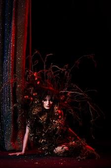 舞台に立つ劇場の精神、幽霊女