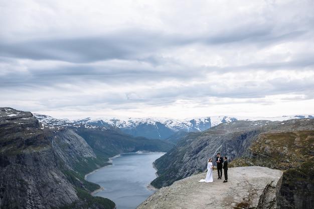 トロルの舌と呼ばれるノルウェーの岩の破片で結婚式を終える