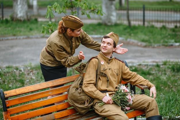 Женщина и солдат в советской военной форме