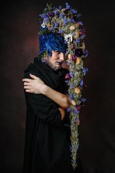 Сказочный персонаж с волосами, в которых растут ветви и цветы