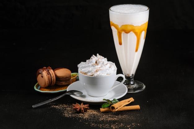 Чашка с кофе и сливками на черном