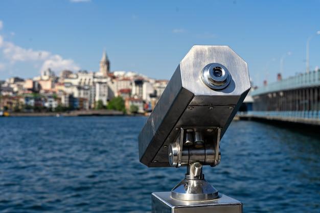 観光観光双眼鏡とガラタ塔、ガラタ橋イスタンブールのパノラマビュー