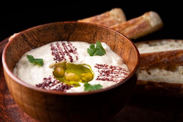 Хумус в глиняной посуде