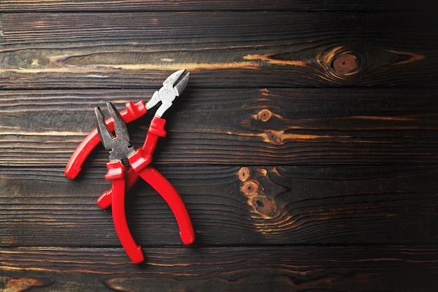 Рабочий инструмент, на темном деревянном