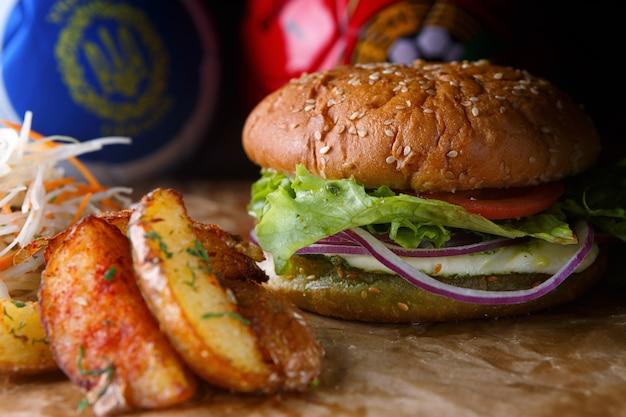 チーズ、野菜、ジャガイモのハンバーガー