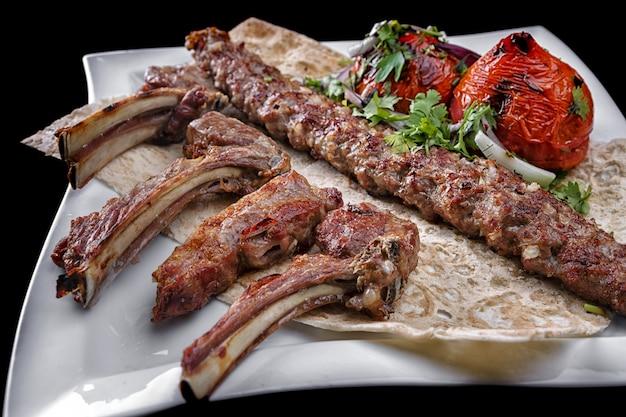 Мясное ассорти на белой тарелке