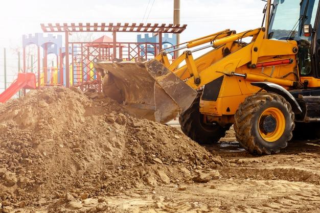 掘削機。建設現場で地球を掘る坑夫マシン