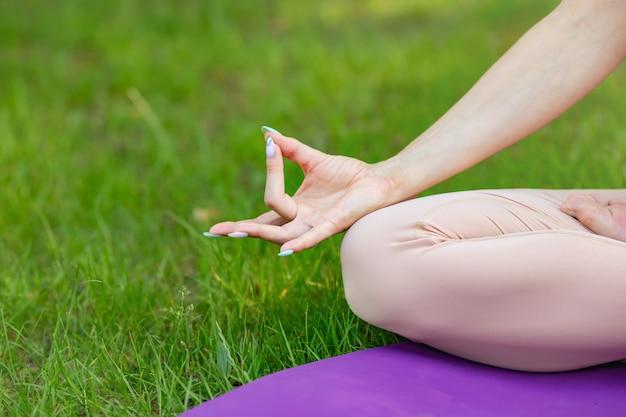 フィットネスライフスタイルクラブのポーズの重要な瞑想を行使する女性