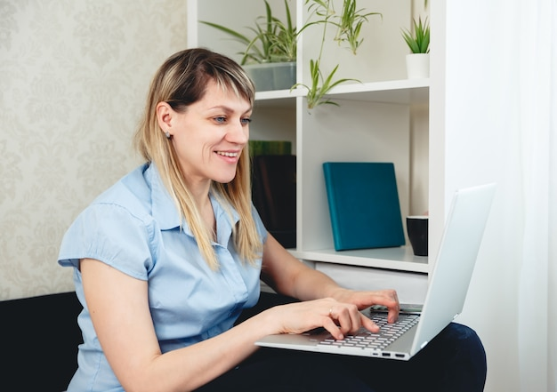 Женщина проводит онлайн занятия, онлайн уроки, дистанционное обучение