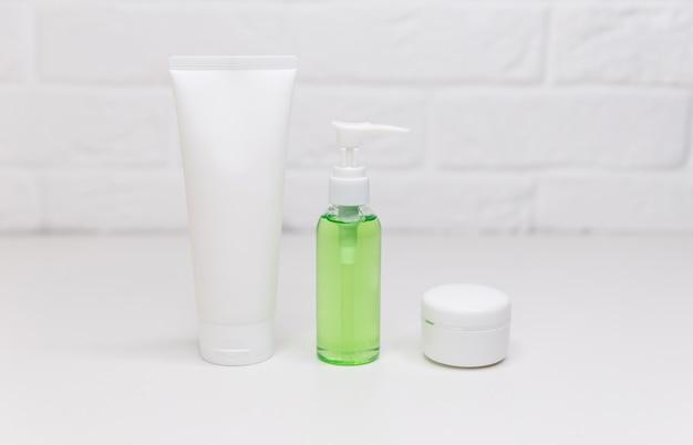 保湿クリーム、石鹸、シャンプー、トニック、顔と体のスキンケア