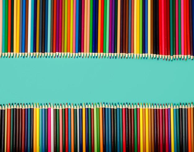 学校の背景。青いテーブルに色鉛筆。上面図