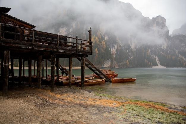 Деревня у озера, окутанная туманом