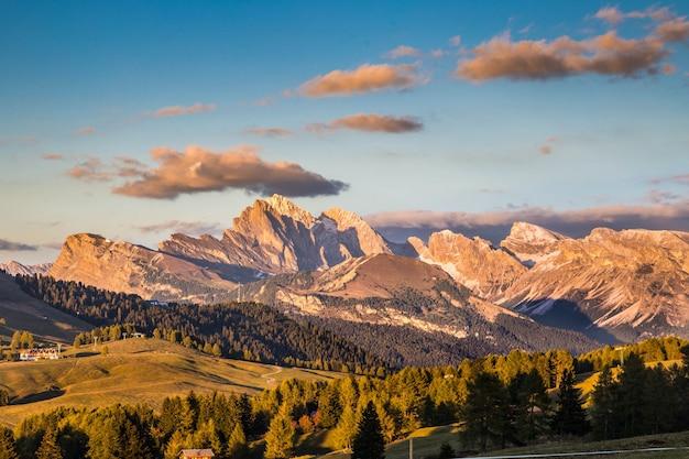 Природные горы и облака