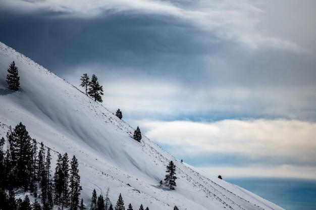 Снежные горы зимой