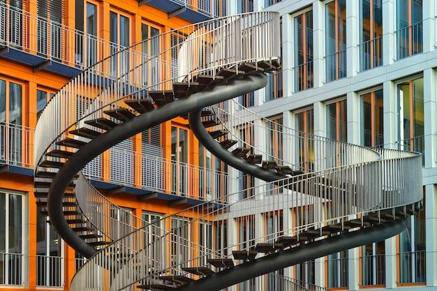 Городская современная архитектура. бесконечные лестницы в мюнхене