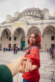 トルコのアヤソフィアモスクの近くのイスタンブールへの旅行のコンセプトに従ってください