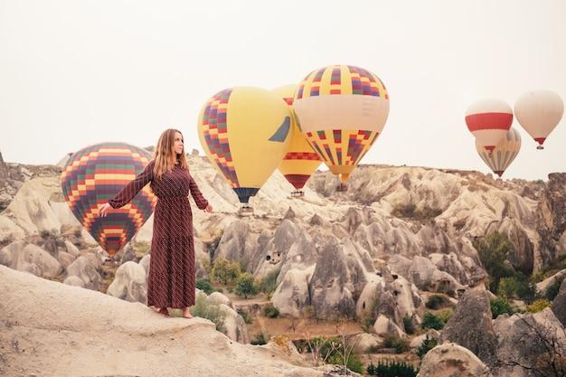 美しい女性の観光客がカッパドキアで休暇をとる
