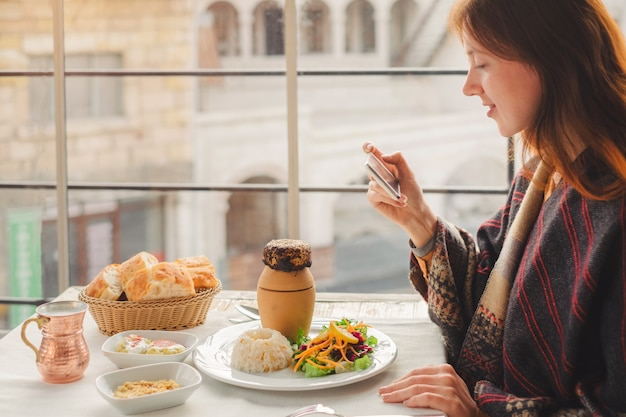 Молодая женщина ест традиционную каппадокийскую еду из вкусного шашлыка