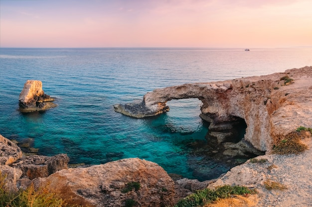 Айя-напа любовный мост на средиземном море на закате, кипр л