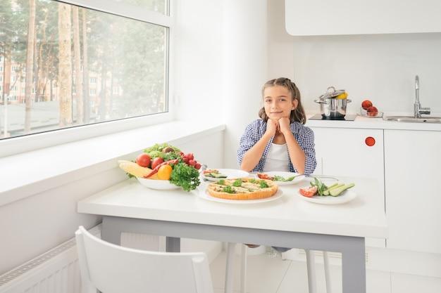 Ребенок ждет завтрак