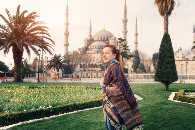 Женщина путешествует в стамбуле возле мечети айя софия, турция
