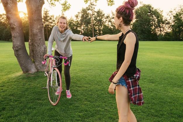 楽しい自転車を持つ親友