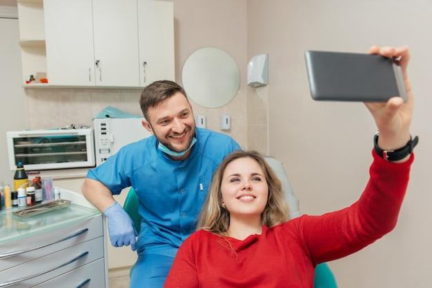 Пациенты и стоматолог делают автопортрет