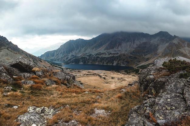 Красивая долина пяти озер в татрах, польша