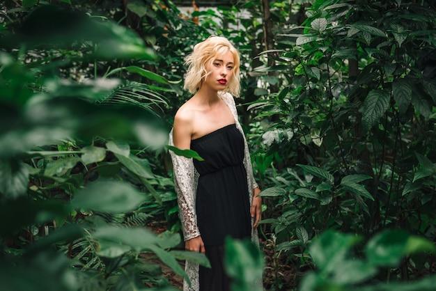 熱帯雨林で魅惑的な金髪の女性モデル