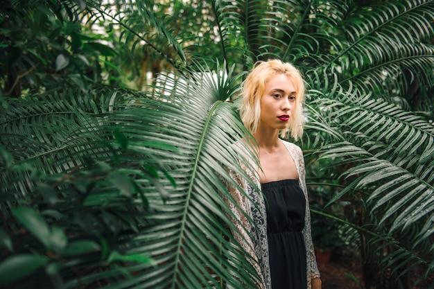 緑のジャングルで魅力的な白人女性モデル