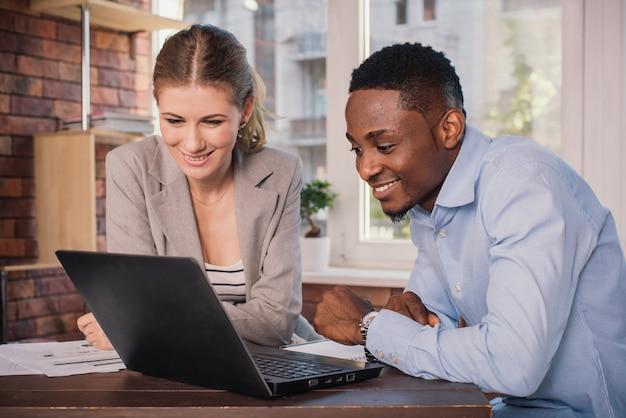 Два деловых людей, работающих вместе