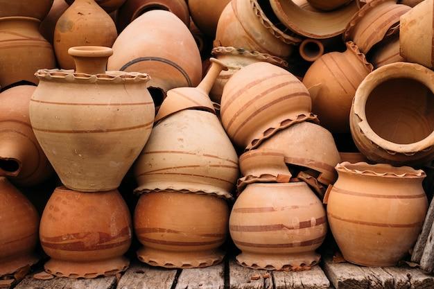 ギョレメ、カッパドキアの古い陶磁器の鍋のヒープ